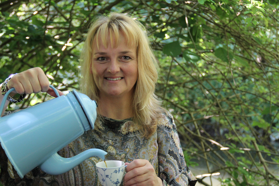 Bettina Buhl Drikker Kaffe © Det Grønne Museum, Gl. Estrup