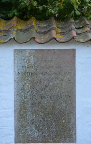 Morten Pontoppidan - mindeplade på Stenløse Kirkegård © Kulturhistorier