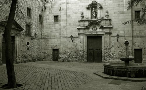 Plaça de Sant Felip Neri i Barcelona. Muren ved kirkedøren viser stadig sporene af de heftige kampe i borgerkrigens sidste dage i centrum af byen.