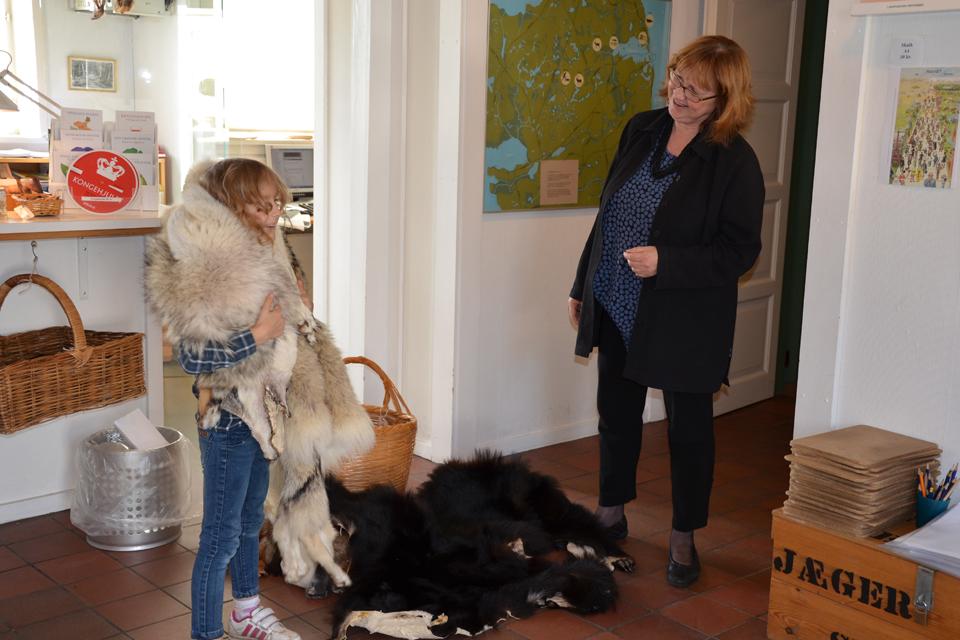 Eva prøver pelse på Vedbæksamlingernes museum 2017 © Schousboe