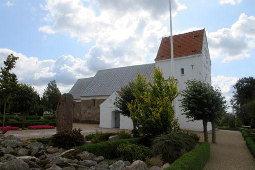 Læborg Kirke med Runesten © Claus Bechgaard