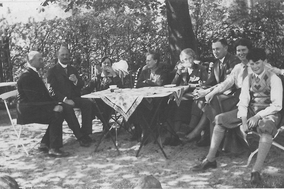 Familierne Baagøe og Bønlykke i haven på Strandvejen i Svendborg © Svendborg Bys Arkiv