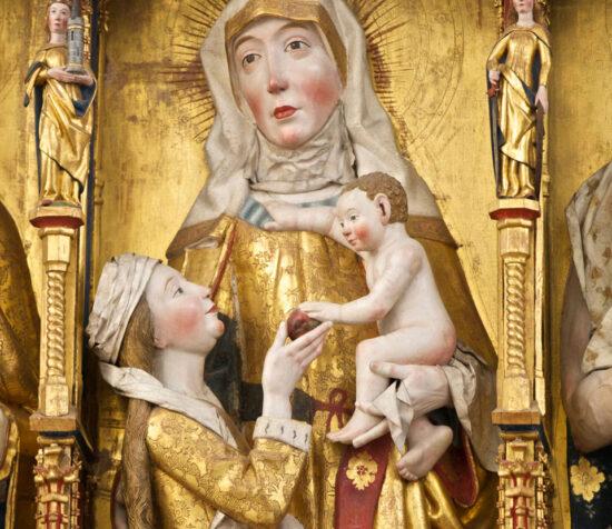 Jesus, der sidder i favnen på sin mormor får rakt æblet af sin mor. Århus Domkirke