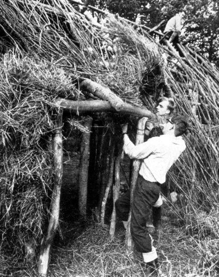 Tækning af taget på det første hus ca. 1962 Kilde: Exarc