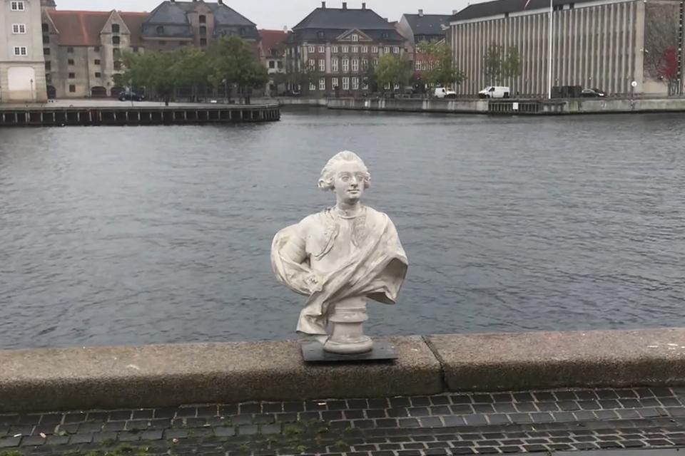 Stilbillede fra video af udsmidningen af Frederik V i Københavns Havn. Fra Ideoart.dk
