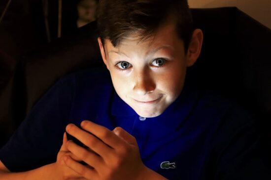 Dreng med mobiltelefon. Source: Piqsels (OD)